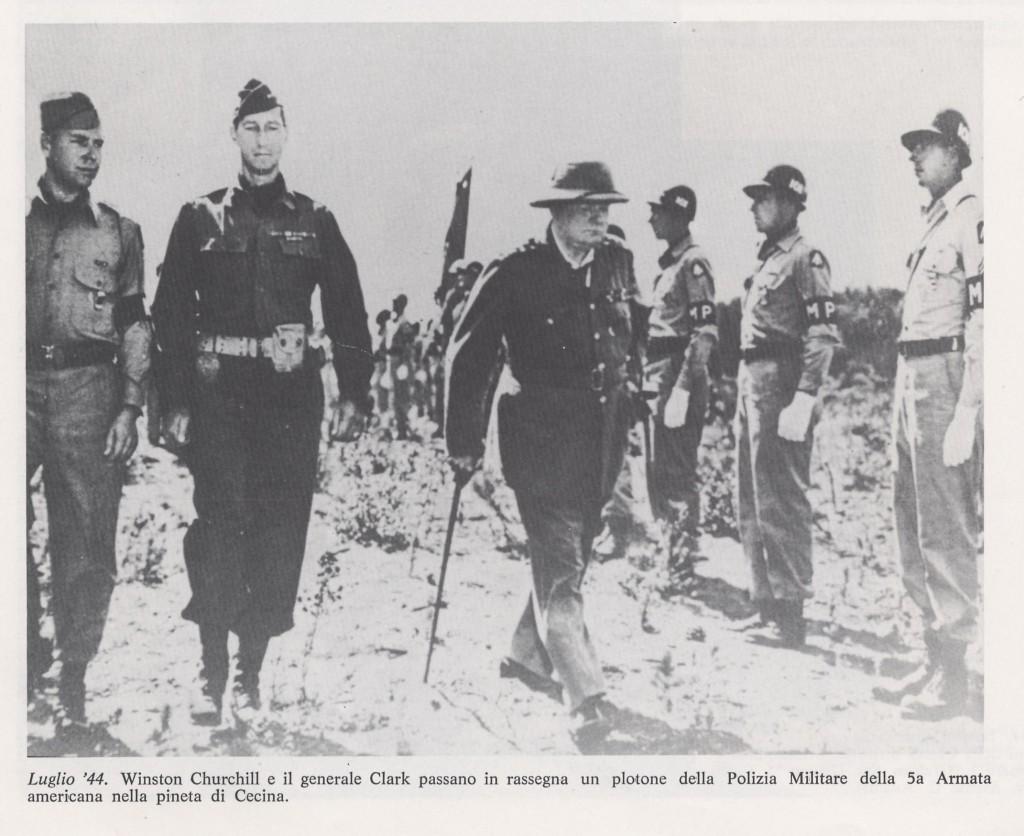 Churchill in rassegna alle truppe