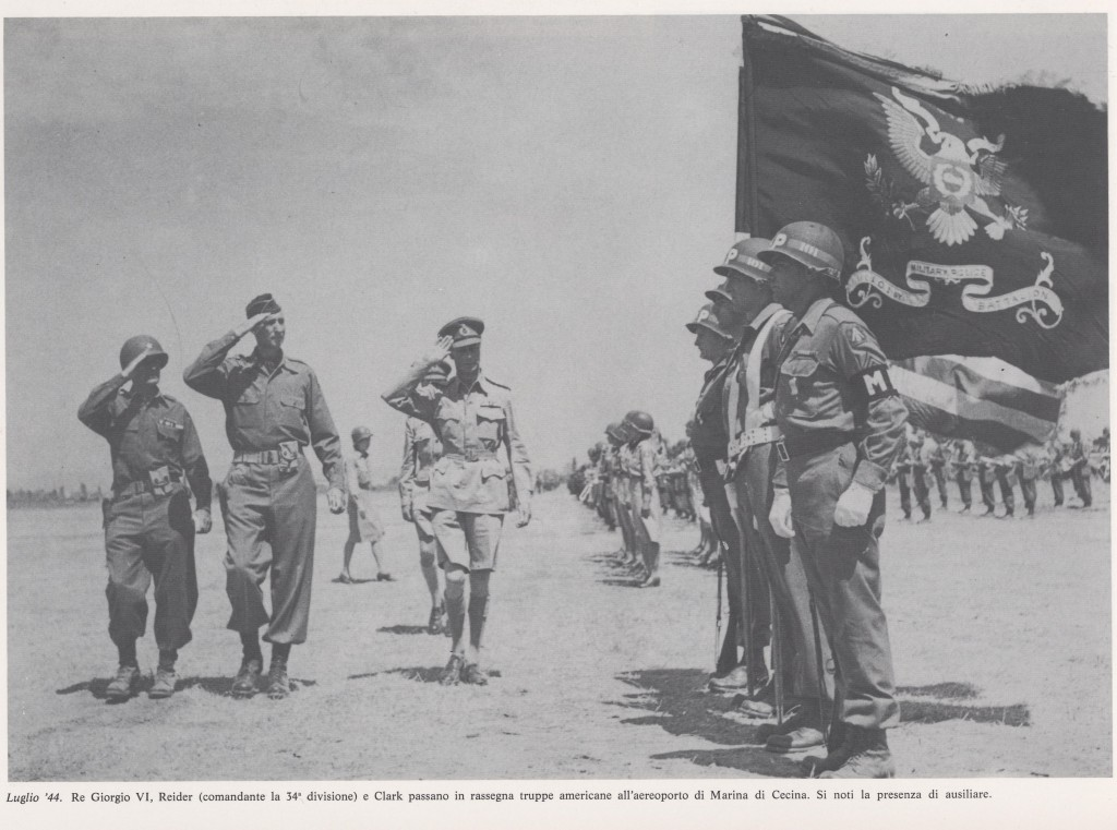 Giorgio VI, Reider e Clarck ispezionano le truppe all'aereoporto di marina di Cecina