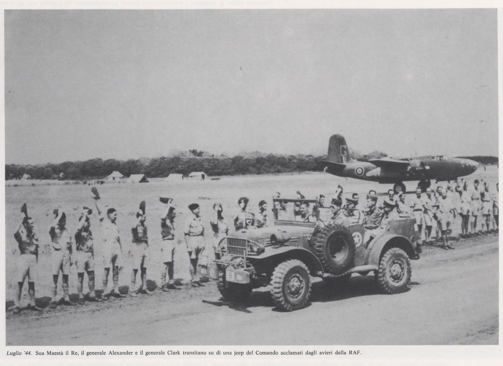 Giorgio VI e Generale Clarck acclamati dali avieri Raf nel luglio '44