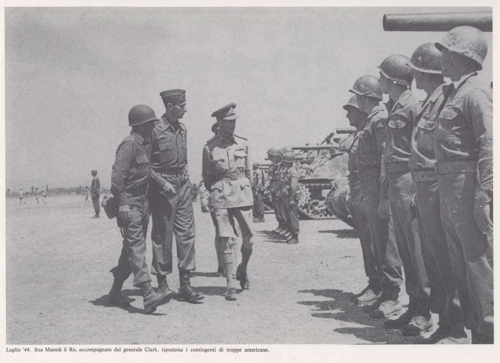 Giorgio VI  e Generale Clarck ispezionano le truppe