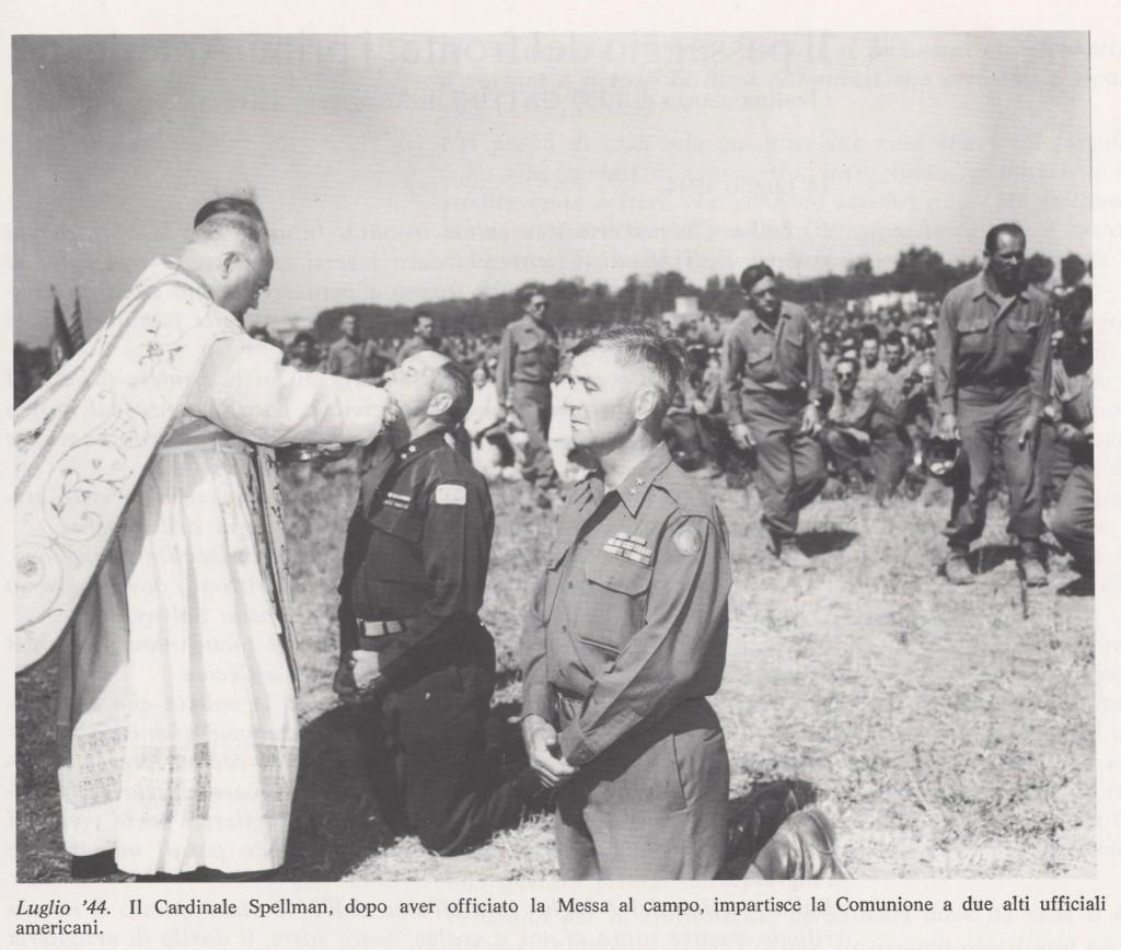 Il Cardinale impartisce la comunione a due alti ufficiali